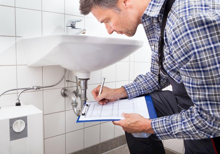 Technicien réalisant un contrat d'entretien